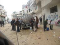 חלוקת מים באלסג'אעיה, בדרך לעיר עזה.